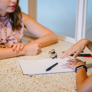 Foto de duas mulheres num sessão de coaching individual