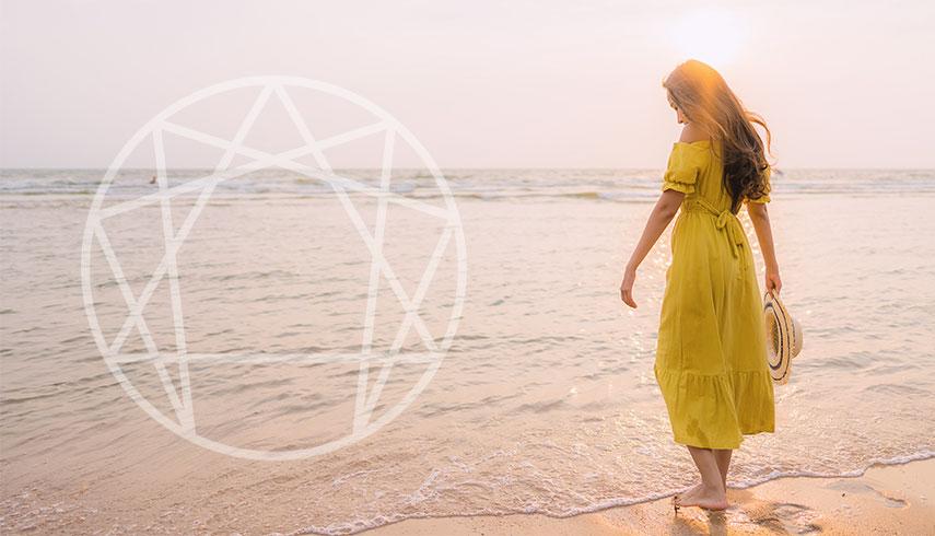 Foto de mulher na praia com simbolo do Eneagrama | O que é o Eneagrama | Sílvia Figueira Eneacoaching