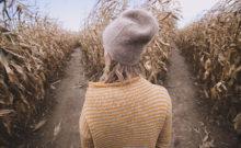 Foto de mulher a olhar para dois caminhos diferentes | O que é o Eneagrama | Sílvia Figueira Eneacoaching