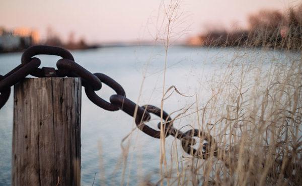 Foto de uma corrente a limitar o horizonte